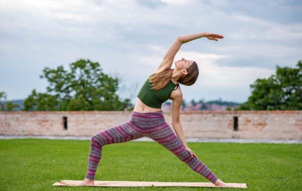 Jogínka cvičící jógy. Přínosy jógy pro tělo a duši.